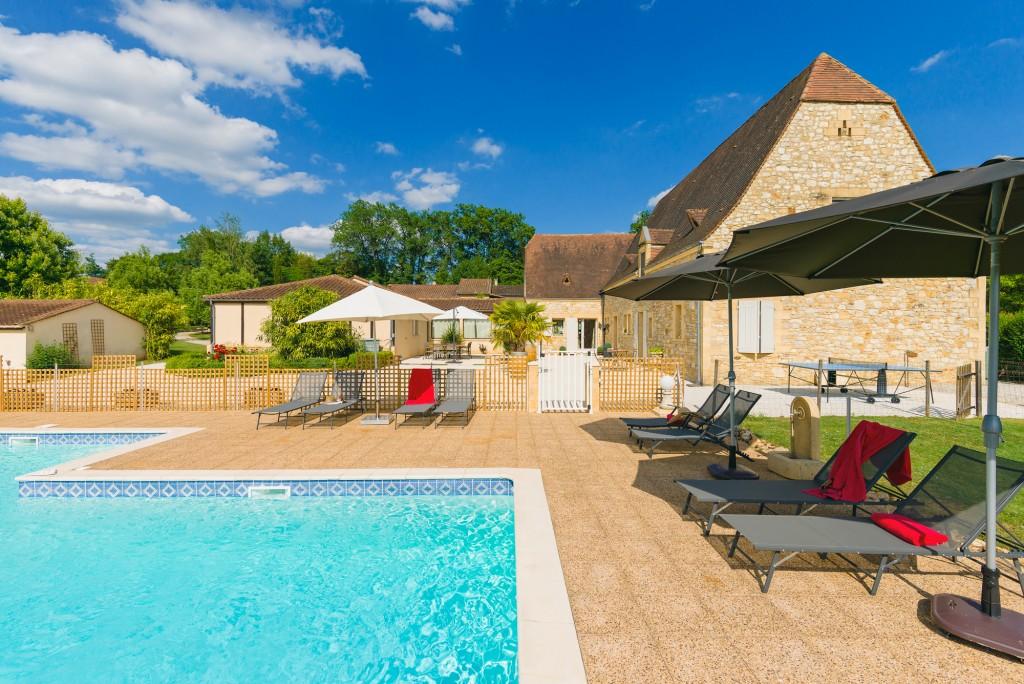 Maison d 39 h tes avec jardin piscine coins d tente barbecue for Au coin de la piscine